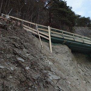 Pont accroché à une falaise