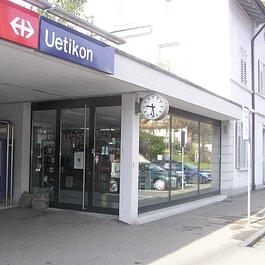 Laden im Bahnhof Uetikon am See