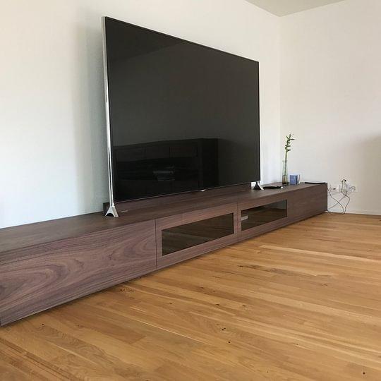 Lowboard aus MDF Nussbaumfurnier mit integriertem TV-Fuss