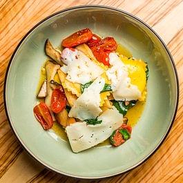 burrataravioli / kräuterseitlinge / datteltomaten / pecorino sardo
