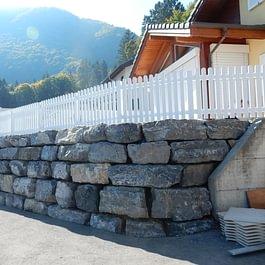 Lattion & Veillard / Paysagiste / Réalisation d'un enrochement avec des pierres de St Maurice et pose de barrières