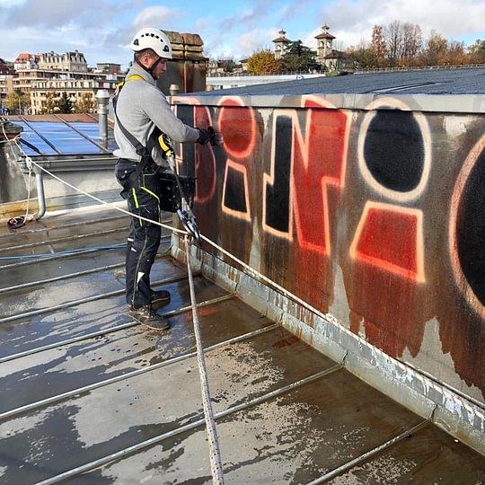 Chantier toit à Lausanne, Imprégnation de produits dégradables avant nettoyage