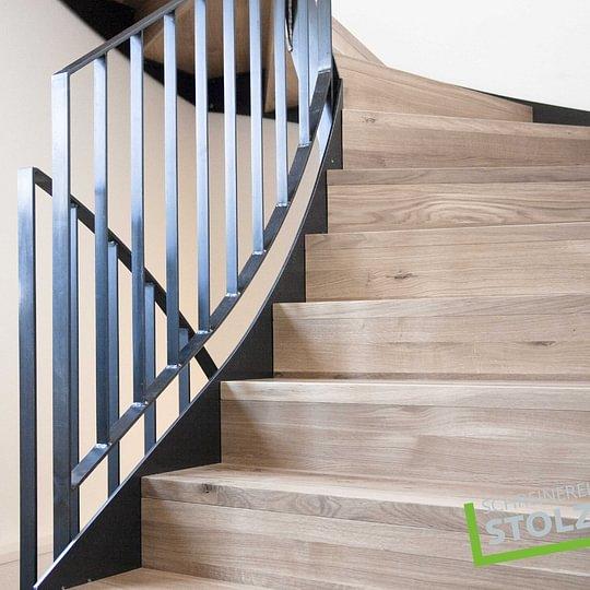 Holztreppe kombiniert mit Stahl