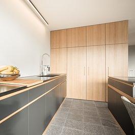 Küche in Strukturlack und Eiche