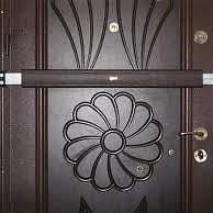 Installateur de barres transversales de sécurité pour portes.