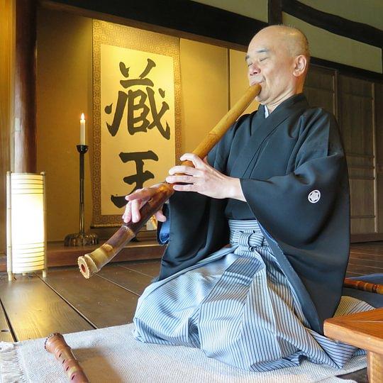 Ein Shakuhachi Flötenspieler