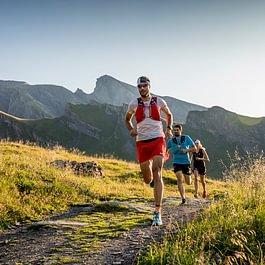Das Backdoor Trail Running Team in Action, im Hintergrund das Schwarzhorn mit 2928 m.ü.M