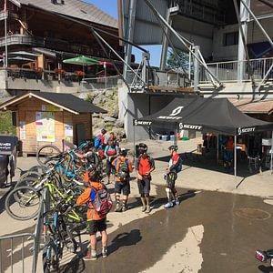 Le Bikeshop de Champery ou vous pouvez louer des bikes Enduro, Downhill, e-bikes etc...