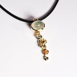 Pendentif avec pierre de lune, corindons et or jaune