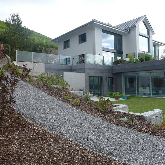 Sowohl für die Arbeiten am, als auch ums Haus standen Mitarbeiter der Oberhänsli Bau AG im Einsatz.