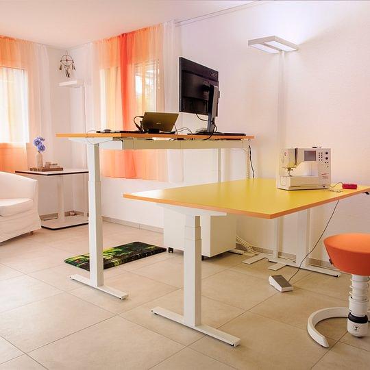 Schreibtisch.ch Classic Weiss HPL Gelb Orange Wanne Premium Kabelkette Swopper Muvmat LED Leuchten
