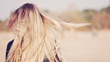 Hellere oder blondierte Haare sind ein Traum für viele Menschen. Im Sommer helfen da auch Sonne und Strand etwas nach.