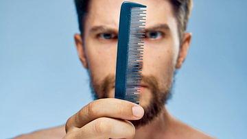 Meist ist der Haarausfall bei Männern erblich bedingt. Doch es gibt auch andere Ursachen. Wir zeigen, welche Mittel helfen.