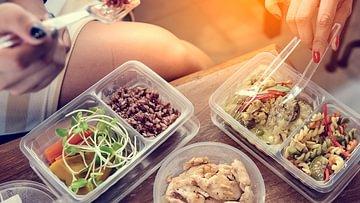 Gesundes Mittagessen zum Mitnehmen. Rezeptideen für schnelle kalte und warme Gerichte zum Mitnehmen.