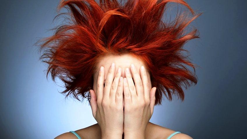 Haarausfall kann auch Frauen treffen. 5 Ursachen und was man tun kann, um den Haarausfall zu stoppen