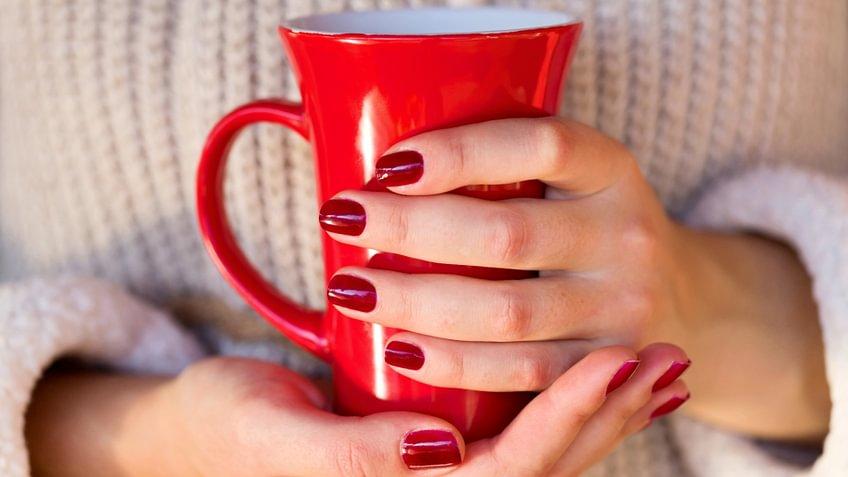 Wer keinen Kaffee mag, kann zu Alternativen mit und ohne Koffein greifen - etwa zu Matcha-, Mate- oder Schwarztee oder einfach zu frischen Früchten.