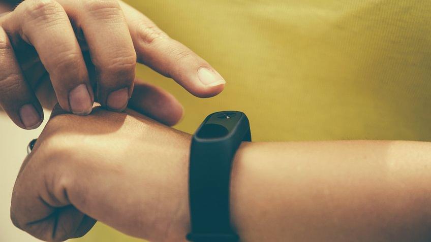 Fitness Tracker messen die täglichen Aktivitäten und übermitteln sie an eine dazugehörige App.
