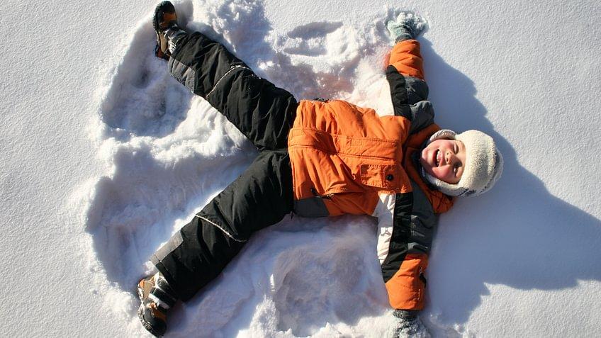 Skifahren, Snowboarden, Schneeschuhlaufen, Langlaufen, Schlittschuhlaufen - beliebte Wintersportarten in der Schweiz mit Vor- und Nachteilen.